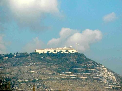 Cassino - Sulla cima del monte si intravede l'omonimo Santuario