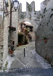 la porta per il castello Savelli