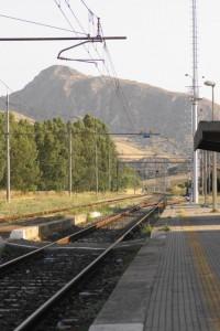 """Panorama della stazione Ferroviaria, con sfondo """"Muntagnola"""""""