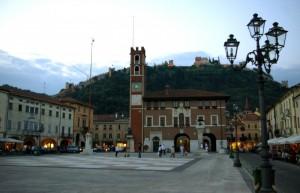 ..la piazza,il lampione,le mura…un bel panorama….