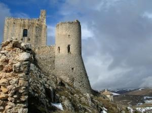 Rocca, chiesa e panorama… (Ai creativi del concorso)
