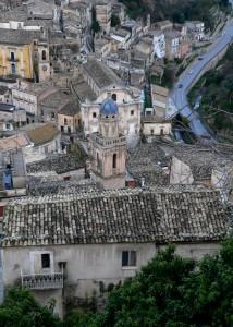 una casetta ed il campanile dietro …ibla
