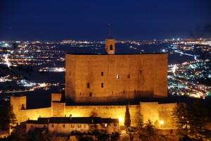 Svetta la Rocca nel blu della notte