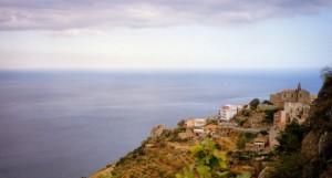 La città si affaccia su uno dei mari più belli del mondo.
