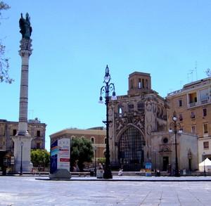 Piazza Sant'Oronzo con la sua colonna, il Sedile e la Chiesetta di S. Marco
