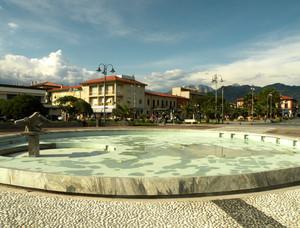 Piazza con fontana a Marina di Pietrasanta