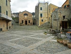 La bellissima piazza di Verezzi