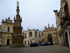 Sedile e chiesa di S.Trifone in piazza