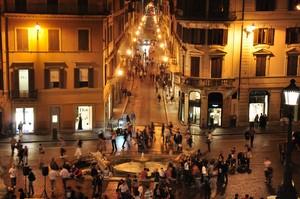 Movida notturna in Piazza di Spagna con la Barcaccia e Via de' Condotti