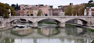 Ponte Vittorio Emanuele II allo specchio del Tevere