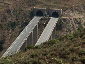 vecchio ponte dell'autostrda prima dellìabbatimento