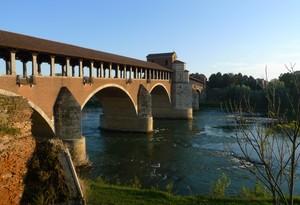 Il Ticino scorre sotto il Ponte Coperto