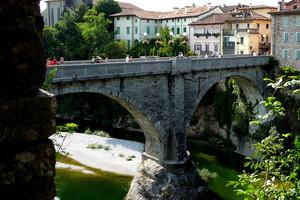 Forum Iulii, diabolicae pontem