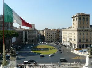 Il tricolore sventola su Piazza Venezia