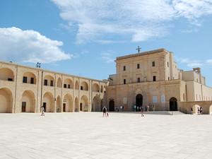 S.Maria di Leuca: Piazzale Basilica Santa Maria De Finibus Terrae