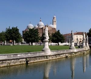 Santa Giustina e la sua corte (Prato della Valle)