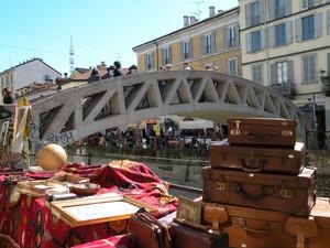 un ponte sul Naviglio (senz'acqua) ma col mercatino