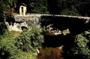 Vecchio ponte sul torrente Pescone