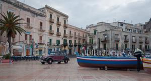 traffico in piazza di Sant'Onofrio a Marina Corta di Lipari