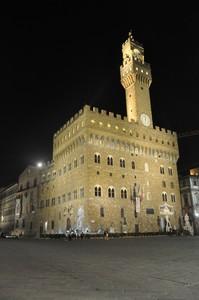 Piazza con Palazzo Vecchio a Firenze in Notturna