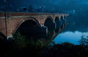 Il vecchio ponte alle prime luci del giorno