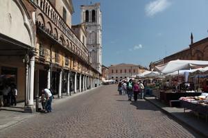 Il mercato a Piazza Trento e Trieste di Ferrara