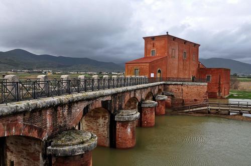 Castiglione della pescaia il ponte della casa rossa for Ponte sul davanti della casa