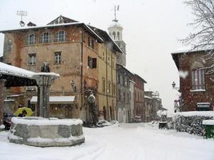Piazza Castello -fascino di una città medioevale sotto la neve