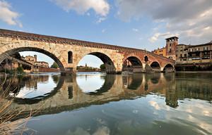 Ai piedi di Ponte Pietra