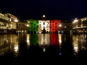 riflessi tricolore in Piazza Unità
