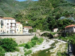 Ponte romano nel verde
