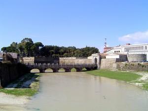Porta Napoli e ponte di collegamento alla ss7 Appia