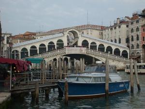 ponte di Rialto con imbarcazione