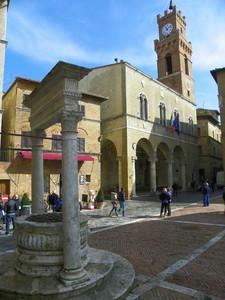 la perfetta piazza ideata dal Rossellino