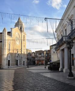 Piazza del Duomo tra la gotica cattedrale ed il neoclassico Palazzo Cavalli