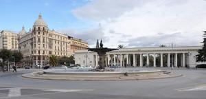 Piazza Cavour con la Fontana del Sele ed il pronao della Villa comunale