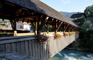 Un ponte di legno con i gerani