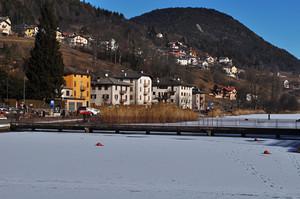 ponte pedonale sul lago ghiacciato