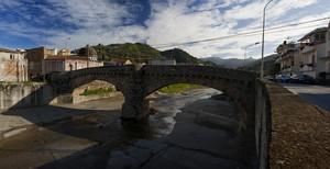 Il Ponte Vecchio nella fiumara di Gualtieri