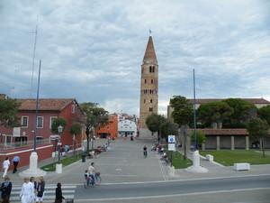 Caorle la torre campanaria al centro della piazza