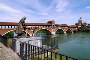Il ponte coperto col monumento alla lavandaia