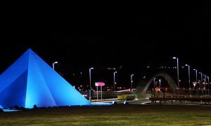 Una piramide blu, un ponte, un casello…