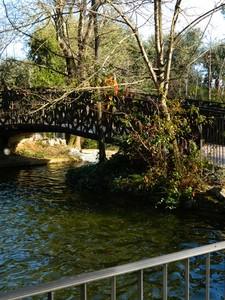 antico ponte in ferro attraversa il laghetto della villa di chieti,parco pubblic