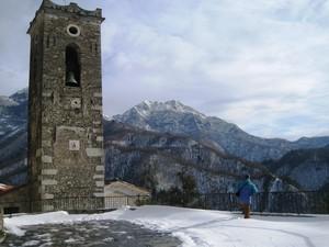piazza sopra la chiesa di Pruno