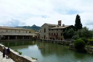 Bagno Vignoni, una piazza d'acqua!!