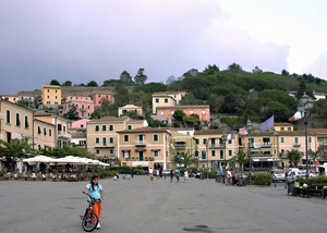 La piazza Matteotti di Porto Azzurro
