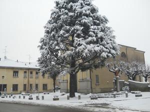 Cassina dè Bracchi piazzetta della chiesa innevata