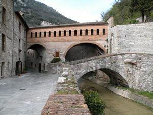 """ponti su """"via del fiume"""""""