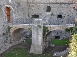 Ponte sul fossato del Castello manfredoniano