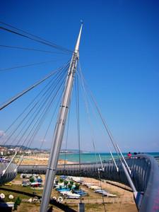 ponte sospeso alla foce del fiume/porto di pescara.